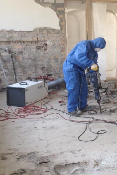 Schadstoffsanierung mit Presslufthammer